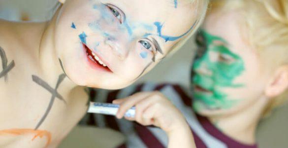 Як змити з дитини фломастер і ручку: 4 вірних способи