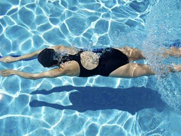 В басейні
