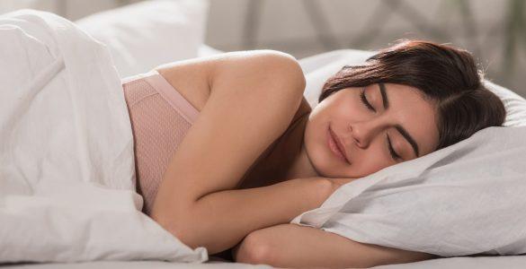 Кардіолог назвав корисні і шкідливі пози для сну