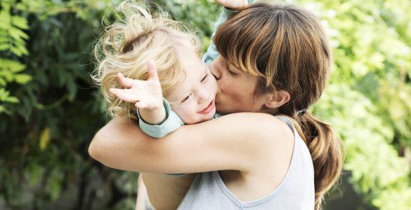 «Мила агресія»: чому нам так подобається тискати дітей
