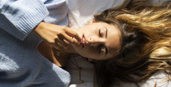 Спати на спині та інші поради, які врятують від старості
