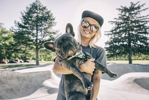 Дівчина із собакою