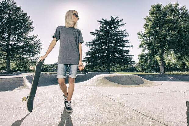 Дівчина із скейтом