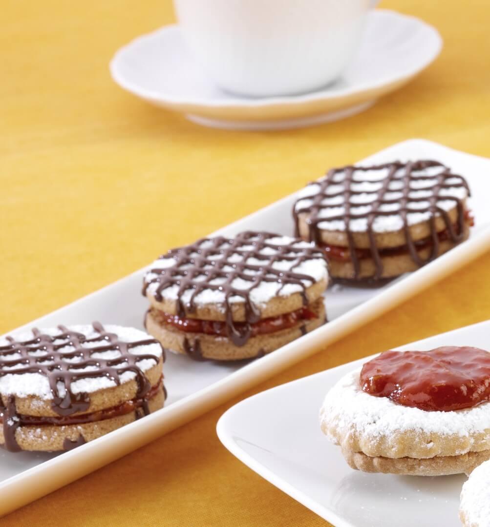 Пісочне печиво з томатним варенням і шоколадом