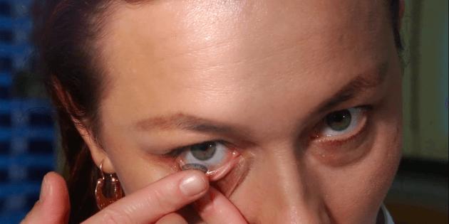 Як надягати лінзи: вказівним пальцем однієї руки: злегка відтягніть нижню повіку