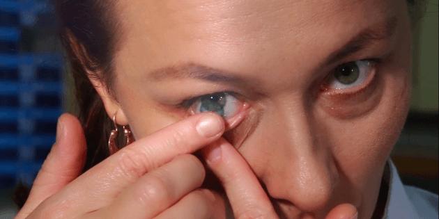 Як надягати лінзи: акуратно прикладіть лінзу вказівним пальцем іншої руки до очного яблука