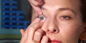 Як зняти лінзи: потягніть лінзу до зовнішнього куточка ока
