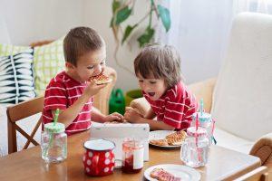 Діти снідають