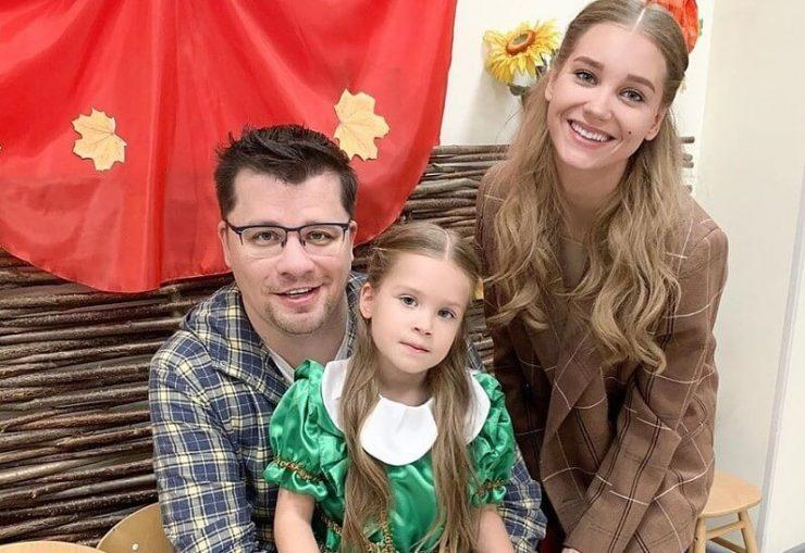 Російська актриса Христина Асмус і комік Гарік Харламов з дочкою
