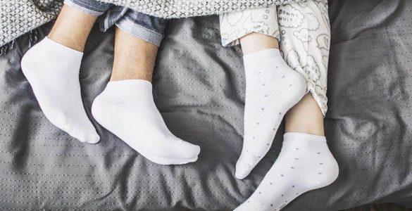 Медики пояснили, чому небезпечно спати в шкарпетках