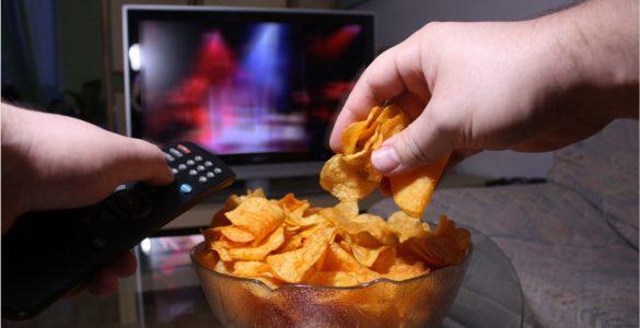 Чіпси перед телевізором: дієтологиня назвала шкідливі продукти на вечерю