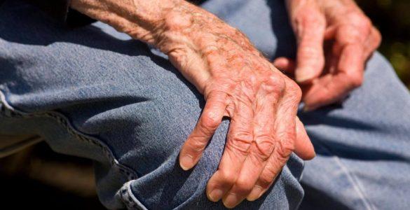 Лікарі пояснили, як визначити хворобу Паркінсона по ході