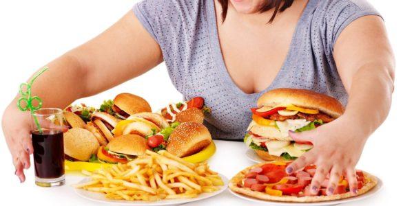 Дієтологи описали наслідки для організму, якщо людина багато їсть