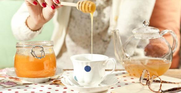 Лікар розповів, чому не варто додавати мед в чай