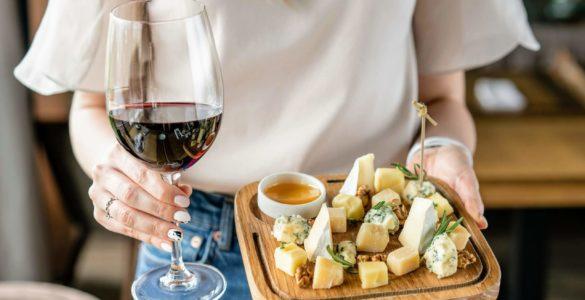 Сир і вино здатні знизити ризик розвитку хвороби Альцгеймера