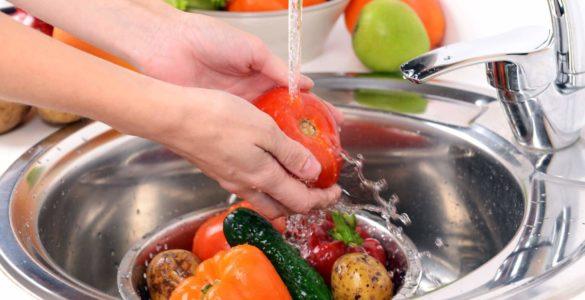 Експерти розповіли про серйозну небезпеку немитих фруктів і овочів