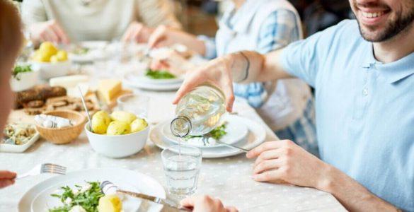 Лікарі пояснили, чи шкідливо пити воду під час їжі