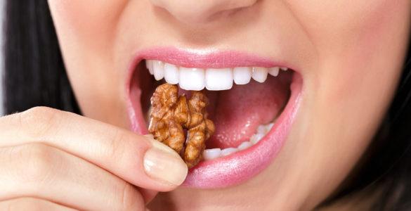 Медик назвала корисні перекуси, які допоможуть очистити зуби від нальоту