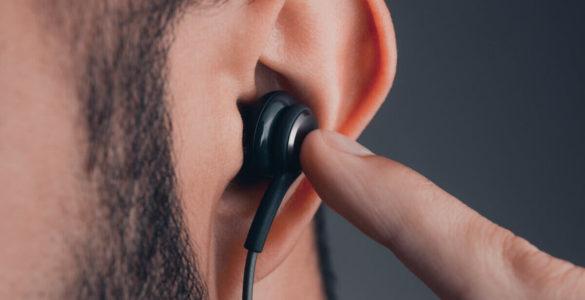 Отоларинголог пояснив, чому небезпечно довго залишати навушники у вухах