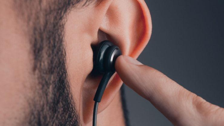 навушники у вухах