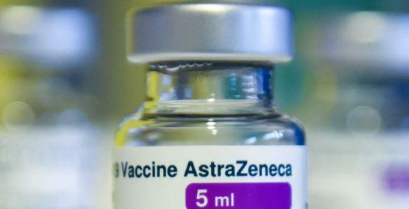 Названо симптоми утворення тромбів після вакцинації AstraZeneca – Daily Mail