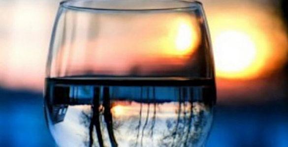 Лікарі-дієтологи назвали найгірший час доби, щоб пити воду