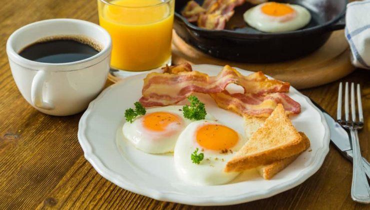 Яйця з беконом
