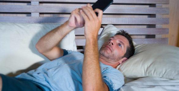 Як звичка перевіряти смартфон з самого ранку шкодить здоров'ю, розповіли вчені